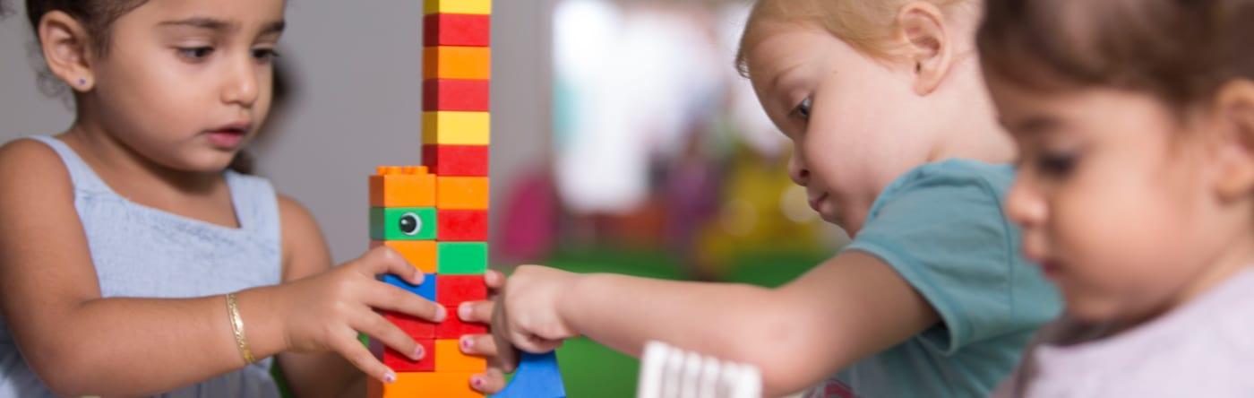 ילדים משחקים בלגו