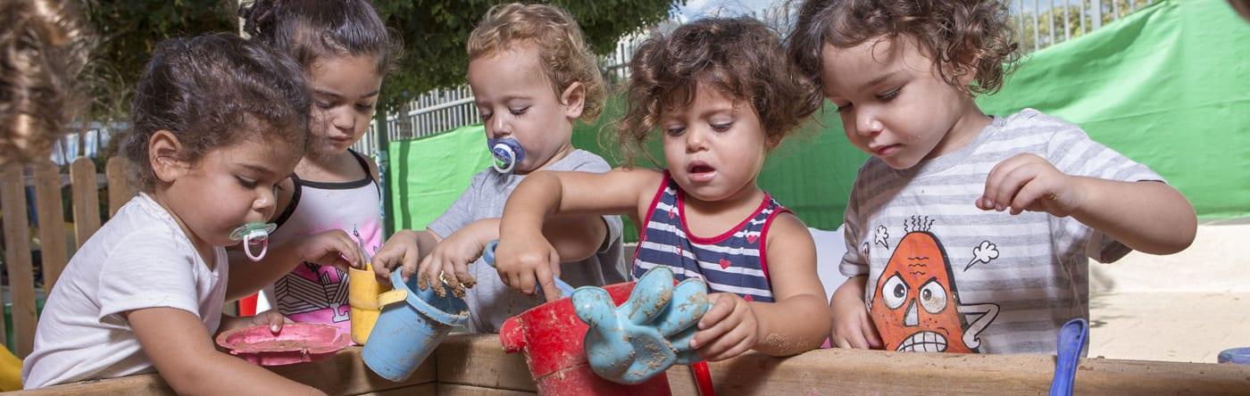 ילדים בארגז חול