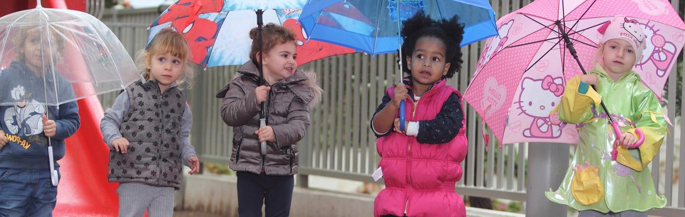 ילדים עם מטריות