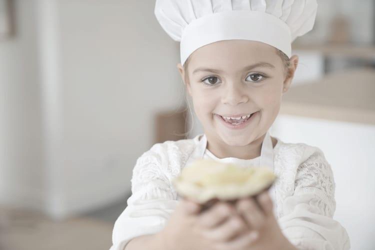 ילדה בתלבושת שף