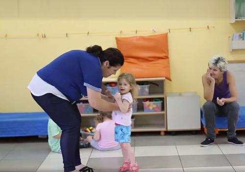 מטפלות עם ילדה
